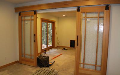 Замена стекла в межкомнатной двери (33 фото): ремонт разбитого стекла, как вставить или поменять своими руками