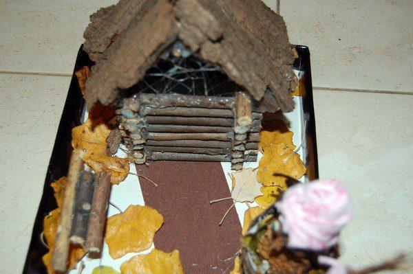Домик Бабы-Яги на подставке (поделка)
