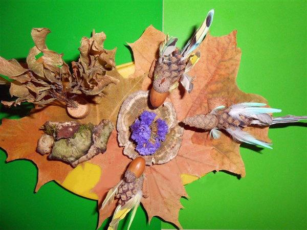Готовая композиция (птицы из шишек сидят на кленовых листочках)