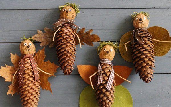 Лесные человечки из шишек и орехов получили крылышки из листьев