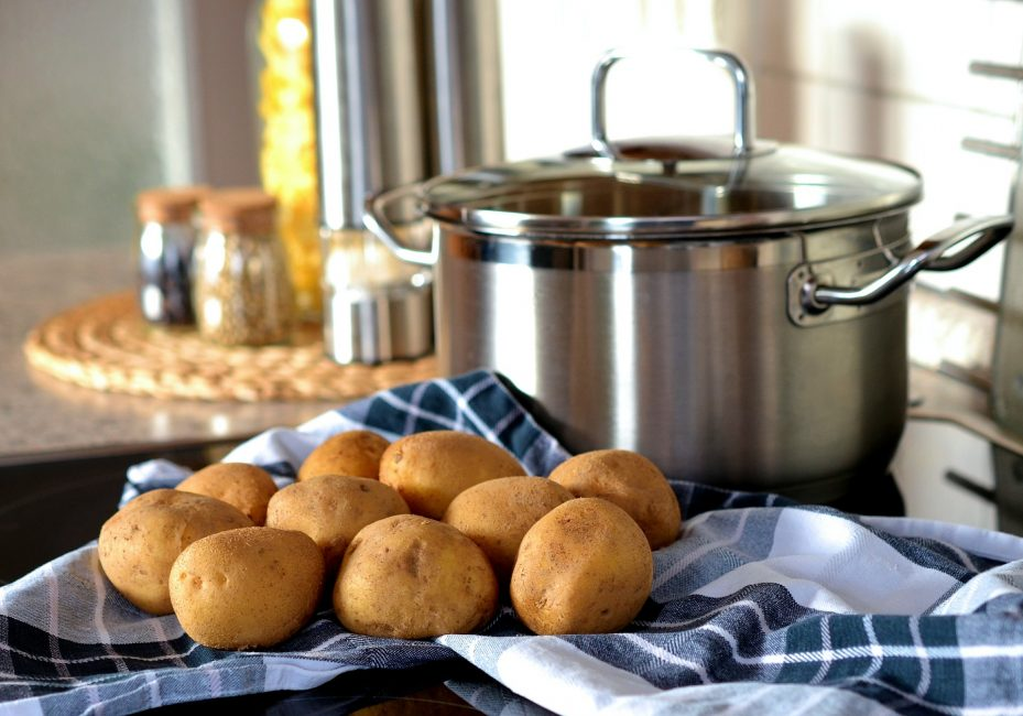 картофель на столе